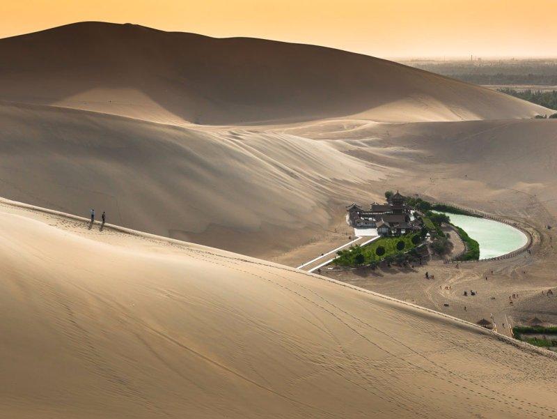 El-lago-crescent-o-yueyaquan-en-chino-es-un-agua-resorte-en-forma-de-media-luna-que-se sienta-en-el-gobi- El-oasis-es-se-cree-haber-existido-para-alrededor-de-2000-años-aunque-lo-ha-visto-su-agua-niveles-disminución-y-atracción