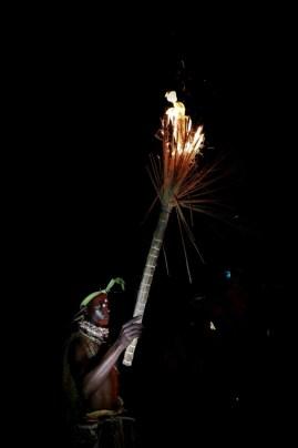 Un homme brandit une torche lors d'une cérémonie d'initiation traditionnelle à base d'iboga, le 25 février 2018 à Libreville.  (AFP - STEVE JORDAN)