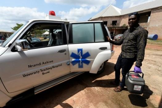 Un homme apporte des échantillons de sang à l'Institut spécialisé sur la fièvre de Lassa d'Irrua, le 6 mars 2018 (AFP - PIUS UTOMI EKPEI)