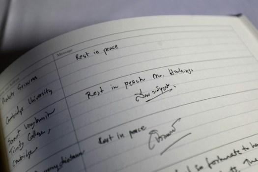Le livre de condoléances ouvert au Gonville and Caius College de l'Université de Cambridge, le 14 mars 2018 (AFP - Tolga AKMEN)