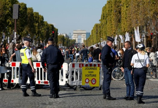 Des policiers bloquent les Champs-Elysées à l'occasion de la journée sans voiture le 27 septembre 2015 à Paris (AFP/Archives - THOMAS SAMSON)