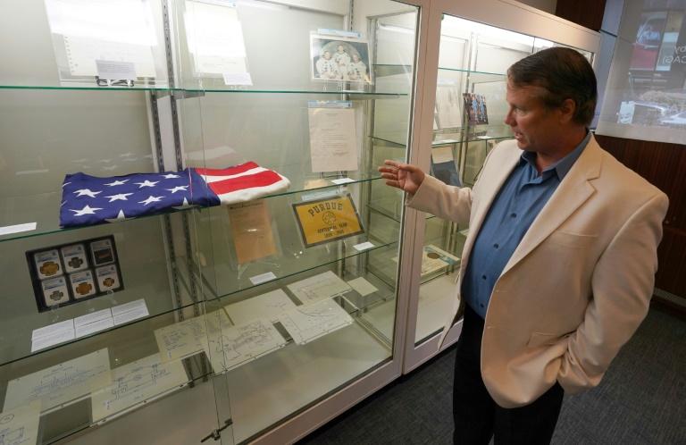 Mark (d) Armstrong, le fils de Neil Armstrong, présente, le 2 octobre 2018 à New York, des objets ayant appartenu à son père et qui seront mis aux enchères (AFP/Archives - Don EMMERT)