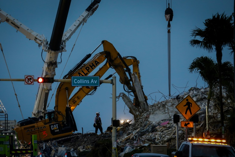 Exploration continues in the ruins of a building that collapsed in Surfside, Florida on July 7, 2021 (AFP - Eva Marie UZCATEGUI)