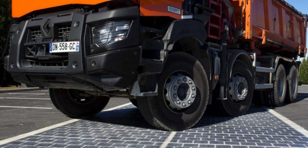 La route solaire, recouverte d'une résine particulière, peut supporter le poids d'un camion