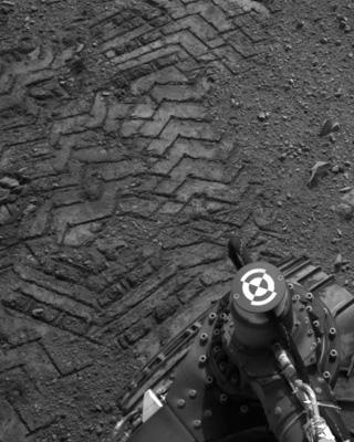 En ook de nieuwste Marsrover laat (letterlijk en figuurlijk) zijn sporen na op Mars. Foto: NASA.