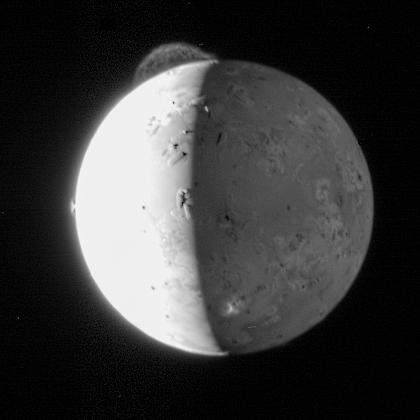 Jupiters maan Io schittert op deze foto die New Horizons in 2007 maakte. Afbeelding: NASA.