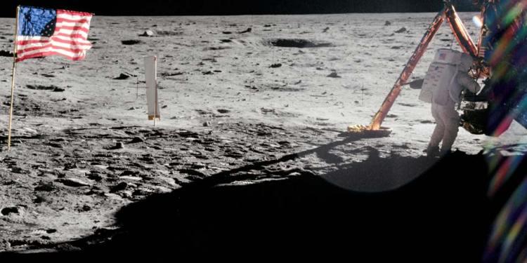 Neil Amrstrong aan het werk. Afbeelding: NASA.