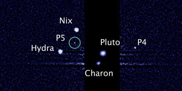 Pluto en zijn manen. P4 en P5 kregen later een naam: Kerberos en Styx. Afbeelding: Afbeelding: NASA / ESA / M. Showalter (SETI Institute).