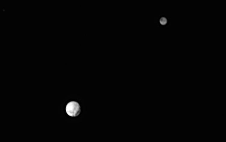 Zie jij ook een krater op Pluto?