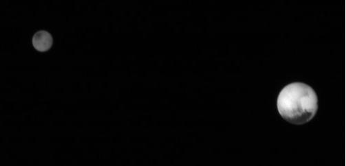 Charon en Pluto naast elkaar. Deze foto is vorige week gemaakt.