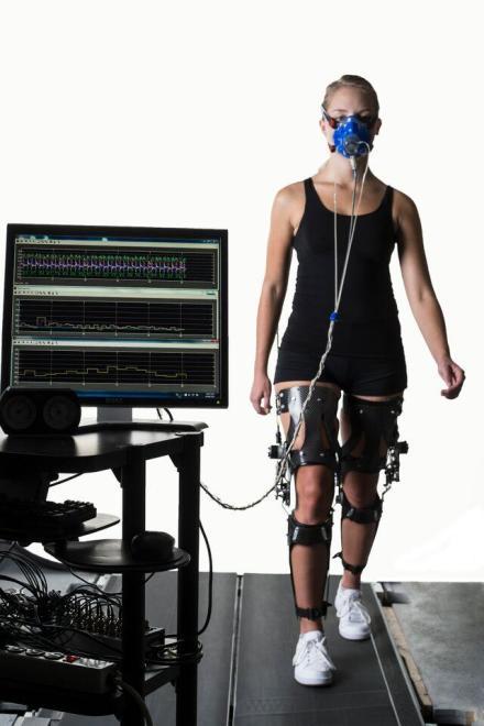 Een proefpersoon draagt het exoskelet. Afbeelding: Greg Ehlers.