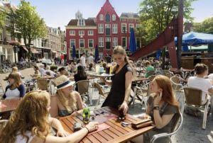 Typisch Nederlands tafereel: volle terrassen in het vroege voorjaar bij het eerste beetje zonlicht.