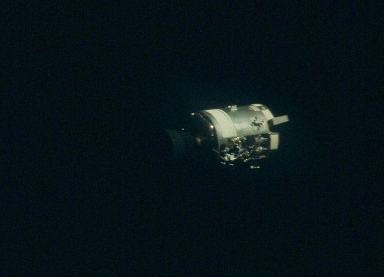 Deze foto werd gemaakt tijdens de Apollo 13-missie. Een missie die bijna verkeerd afliep. Hier zien we de beschadigde servicemodule. Twee dagen na de lancering ontplofte in de module een zuurstoftank, waardoor een maanlanding moest worden afgeblazen. Uiteindelijk arriveerden de astronauten gelukkig weer veilig op aarde. Foto: NASA.