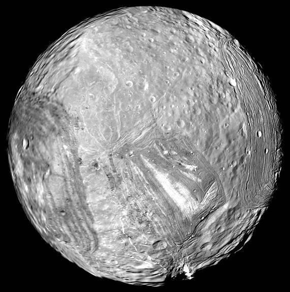 Maan Miranda. Vermoed wordt dat de maan ooit - door een botsing met een ander object - compleet uit elkaar is gespat, waarna enkele brokstukken weer samen zijn gekomen en deze gehavende maan vormden. Afbeelding: NASA / JPL-Caltech.