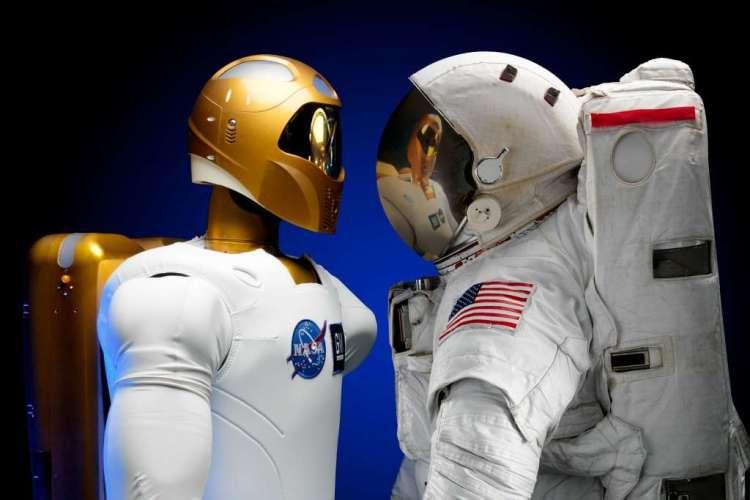 In de ruimte worden robots al regelmatig ingezet. Zo vind je een robot aan boord van het internationale ruimtestation. Maar zijn ook op Mars robotwagentjes te vinden.
