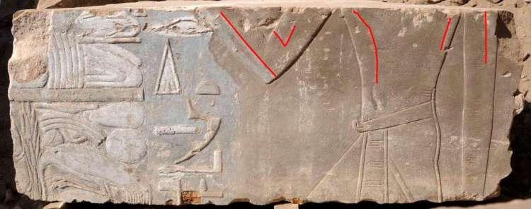 De rode lijnen geven het oorspronkelijke beeld van Hatsjepsoet als vrouw weer. Later is ze vervangen door een mannelijke koning.