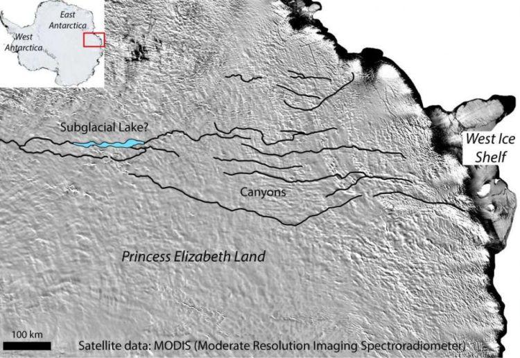 De groeven in het ijs en het vermoedelijke meer. Afbeelding: Stewart Jamieson / Martin Siegert / ICECAP2.