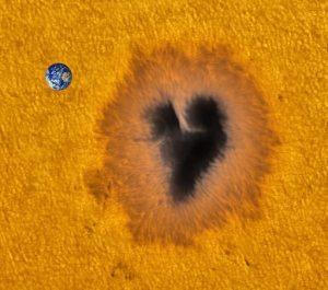 Zo groot is de aarde naast het donkere hart op de zon.
