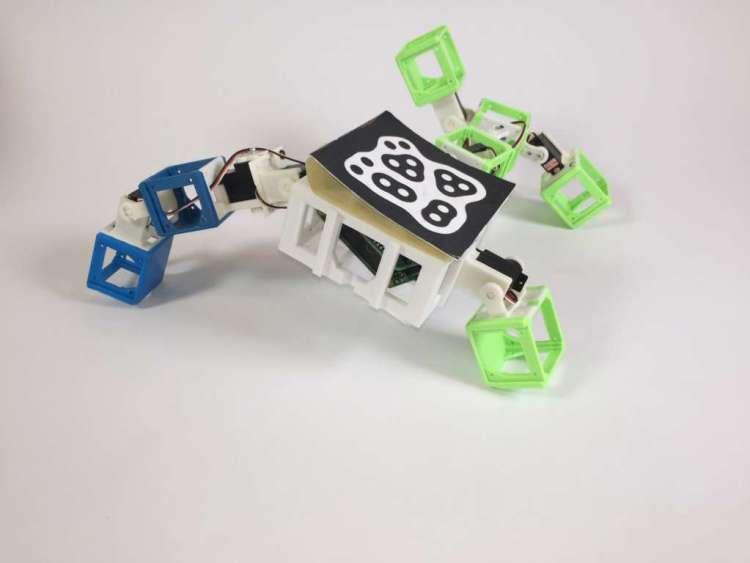 En dit is 'm dan. De allereerste robot-baby, voortgekomen uit het 'DNA' van de twee robots die je hierboven ziet.