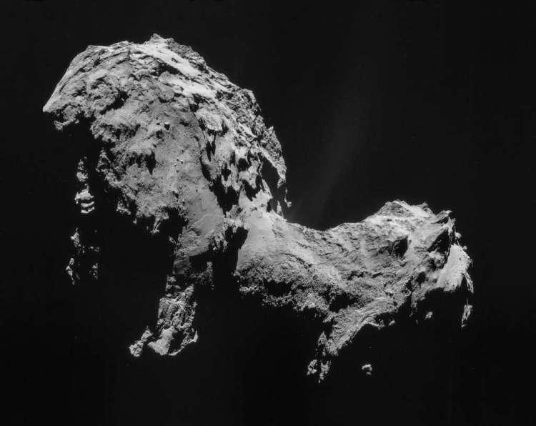Rosetta cirkelt om komeet 67P/C-G. Een komeet die qua vorm een beetje doet denken aan een 'badeendje' met een kop, nek en romp. Afbeelding: ESA / Rosetta / NAVCAM.