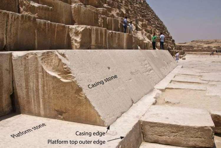 De piramide van Cheops is 'uitgekleed'. Maar aan de voet zijn nog enkele witte stenen te vinden. Oorspronkelijk was de gehele piramide met deze 'casing stones' bedekt. Afbeelding: Dash Foundation.