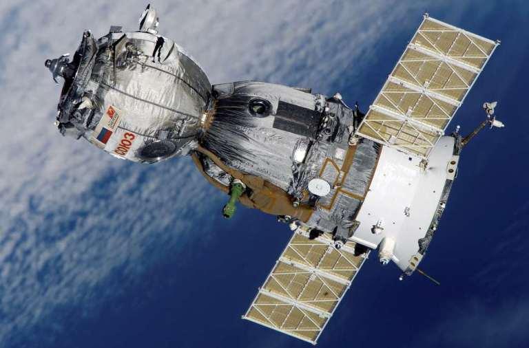 Artistieke impressie van de koppeling van Sojoez en Apollo tijdens de gezamenlijke missie Apollo–Soyuz Test Project (ASTP). Afbeelding: NASA.