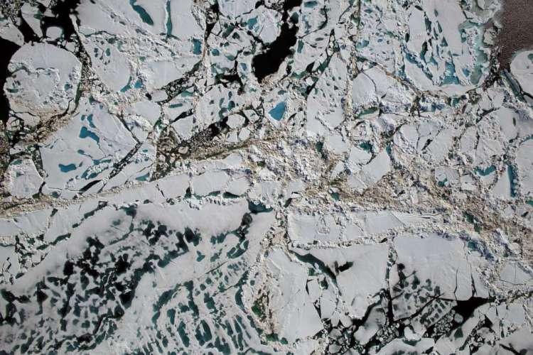 Je ziet hier de Tsjoektsjenzee (een zee in de Noordelijke IJszee). Je ziet zee-ijs, open water en smeltwater. De foto werd dit weekend gemaakt. Afbeelding: NASA / Goddard / Operation IceBridge.