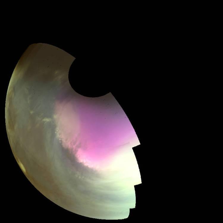 Je ziet hier de atmosfeer en het oppervlak van Mars zoals je deze zou zien als je ultraviolet kon waarnemen. Donkere gebieden laten het rotsachtige oppervlak van de planeet zien. Heldere gebieden laten wolken, stof en nevels zien. Het witte gebied op de pool is bevroren koolstofdioxide op het oppervlak. Hoge concentraties ozon in de atmosfeer hebben hier de kleur magenta. Afbeelding: NASA / MAVEN / University of Colorado.