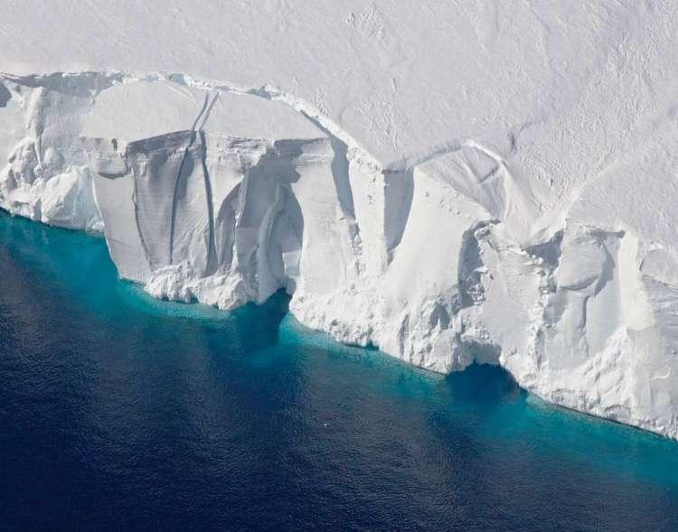 Eén van de onderzoeken van NASA is Operation IceBridge. Deze operatie loopt al acht jaar en moet vastleggen hoe het ijs reageert op veranderingen in het poolgebied. Vorige maand bleek nog uit dit onderzoek dat het Noordpoolgebied het dikke en oude zee-ijs - dat het juist nu zo hard nodig heeft - verliest. Afbeelding: NASA / Jeremy Harbeck.