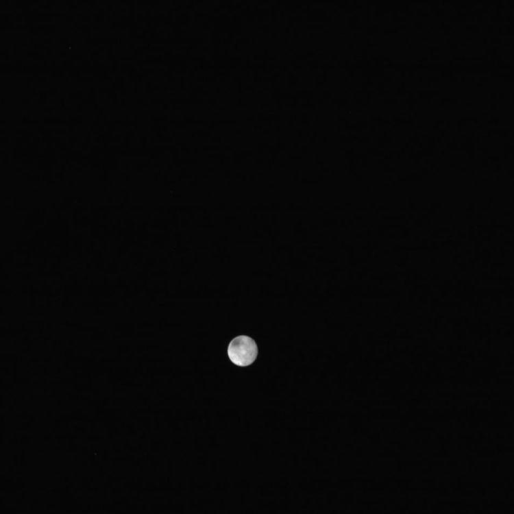 De meest recente ruwe foto van de maan Charon. Er zijn ook twee kleine stipjes zichtbaar, mogelijk zijn dit twee andere maantjes van Pluto.