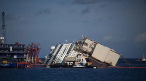 Costa Concordia durante i lavori di recupero del relitto