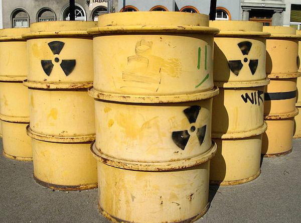 Bidoni di scorie radioattive in soluzione in acqua, ptonti per essere messi in deposito. (immagine da wikipedia)