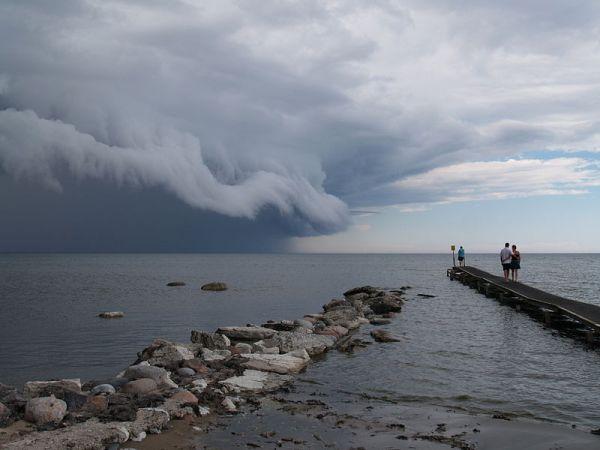 Fronte temporalesco in avvicinamento alla costa sul Mar Baltico.