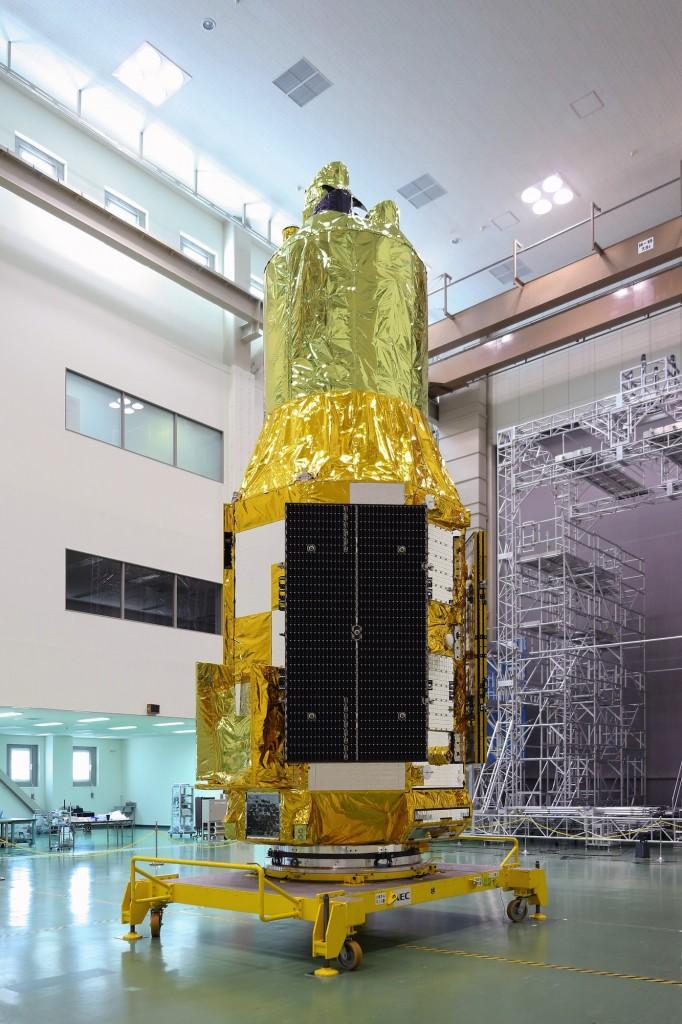 Il satellite ASTRO-H mostrato ai media