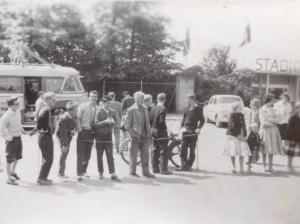 En flok AAC'ere følge opløbet i A-klassen i Guldtaffelløbet 1959 ved Sønderborg Stadion.