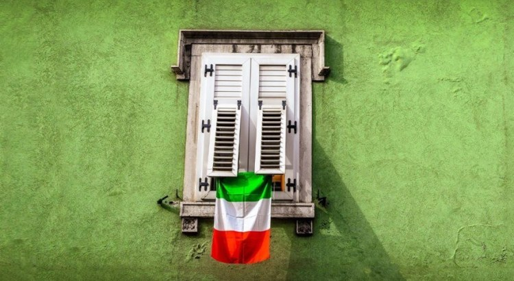 Vinci gratis 222 bandiere italiane con Tectake