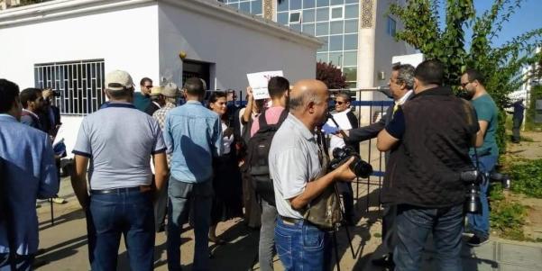 الصحفيون أمام إحدى بوابات الوزارة ينتظرون الدخول إليها