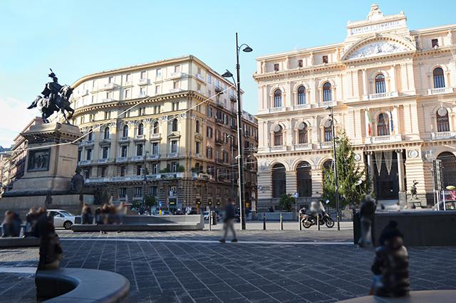 Piazza Bovio e Palazzo della Borsa