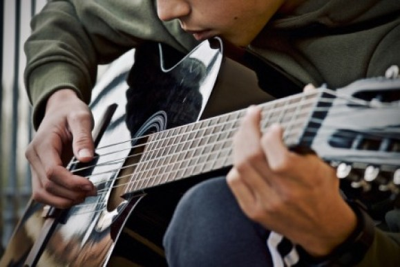 play an acoustic guitar without pick