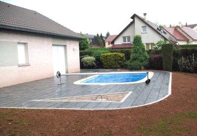 dallage noir avec pourtour blanc, entourage de piscine Besançon, Baume les dames, Doubs