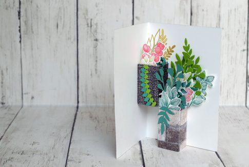 Des pots de fleurs suspendus