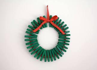 corona de navidad con pinzas