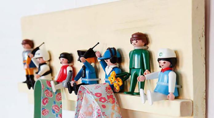 percha infantil con juguetes Playmobil