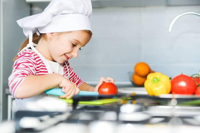 Cocinar con niños por qué la afición a la gastronomía es buena para su salud