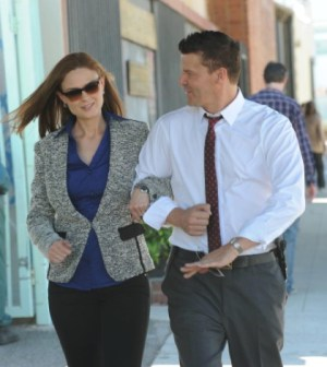 """Brennan (Emily Deschanel, L) and Booth (David Boreanaz, R) discuss what is on their personal bucket lists in the """"The Lady on the List""""  Cr:  Ray Mickshaw/FOX"""