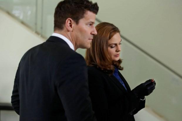 Brennan (Emily Deschanel, L) and Booth (David Boreanaz, L) investigate. Co.  Cr:  Patrick McElhenney/FOX