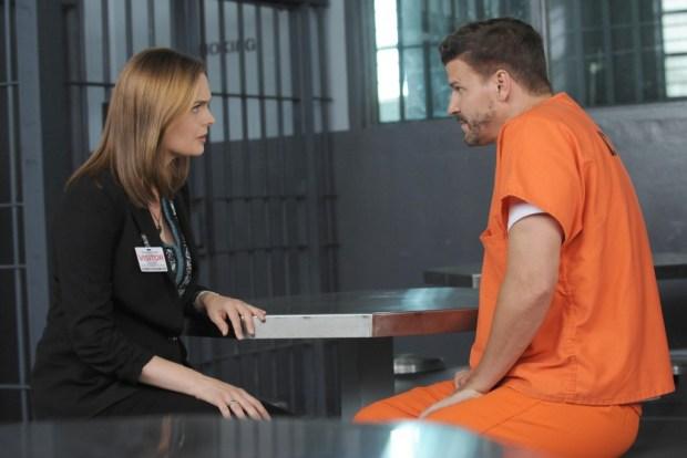 Brennan (Emily Deschanel, L) visits Booth (David Boreanaz, R) in jail. Co.  Cr:  Ray Mickshaw/FOX