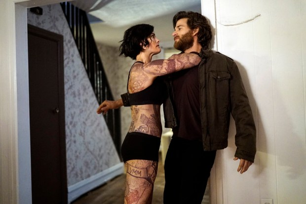"""BLINDSPOT -- """"Eight Slim Grins"""" Episode 103 -- Pictured: (l-r) Jaimie Alexander as Jane Doe, Johnny Whitworth as Ruggedly Handsome Man -- (Photo by: Peter Kramer/NBC)"""