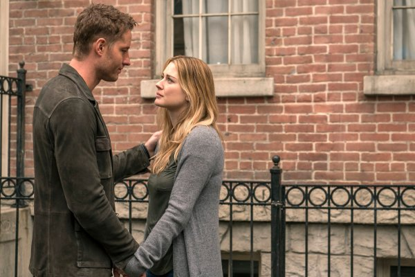 "THIS IS US -- ""Moonshadow"" Episode118 -- Pictured: (l-r) Justin Hartley as Kevin, Alexandra Breckenridge as Sophie -- (Photo by: Ron Batzdorff/NBC)"
