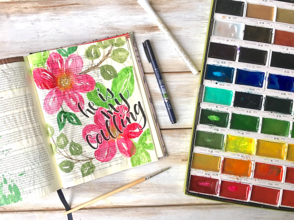 These beginner watercolor flowers are so fun to do in your journaling bible! Learn how to make them yourself! -bible journaling- easy watercolor florals-